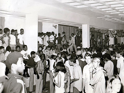 Historic photo: teen crowd watching 1969 library concert